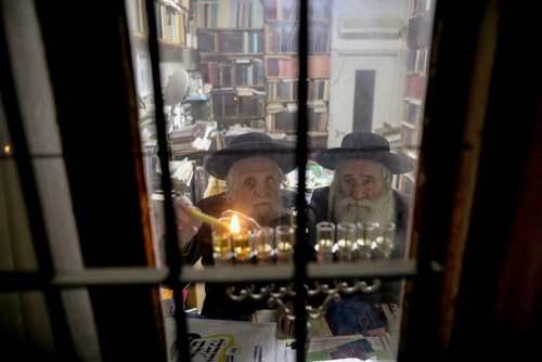 روشن کردن شمع از سوی یهودیان در عید