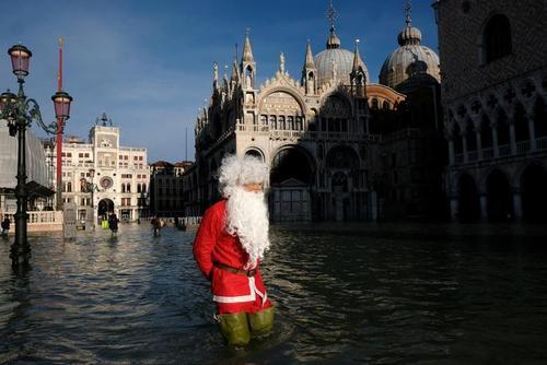مردی در لباس بابانوئل در میدان