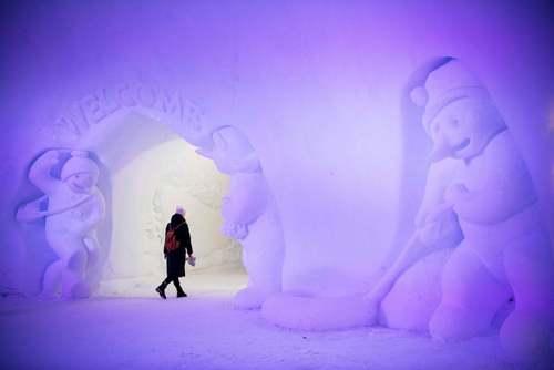 بازدید یک گردشگر از روستای بابانوئل در فنلاند/ خبرگزاری فرانسه