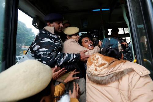 دستگیری معترضان به قانون جدید اعطای شهروندی هند در شهر دهلی/ رویترز