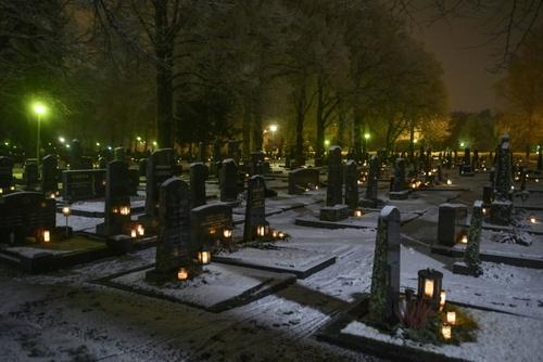 گورستانی در فنلاند. بنا به سنتی در فنلاند مردم در شب کریسمس روی قبرهای عزیزانشان شمع روشن میکنند./ خبرگزاری فرانسه