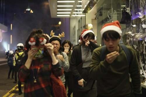 ادامه اعتراضات در هنگکنگ در شب کریسمس/ آسوشیتدپرس