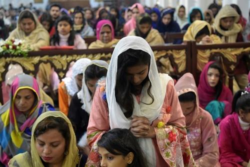 آیین کریسمس در کلیسایی در پیشاور پاکستان/ خبرگزاری فرانسه