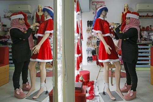 حال و هوای کریسمس و سال نو میلادی در یک لباس فروشی در نوار غزه/ خبرگزاری فرانسه
