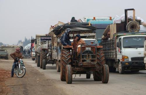 فرار شهروندان سوری از استان ادلب در شمال غرب سوریه/ رویترز