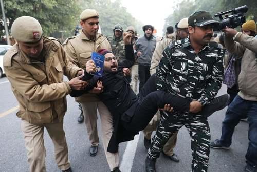 دستگیری معترضان به قانون جدید اعطای شهروندی هند در شهر دهلی/ EPA