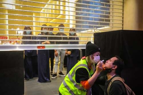 مداوای یک معترض هنگ کنگی که پلیس به صورت او گاز فلفل پاشیده است./ EPA