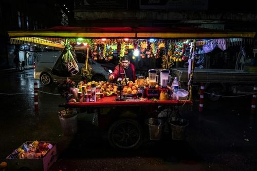دکه آبمیوه فروشی در شهر