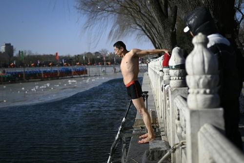 شنا در دریاچهای یخزده در پکن/ خبرگزاری فرانسه