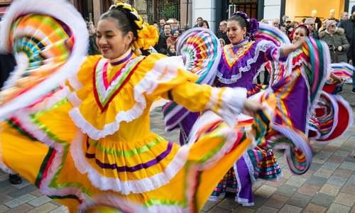 اجرای برنامه یک گروه آمریکای لاتین در کارناوال خیابانی پایان سال در لندن/ PA