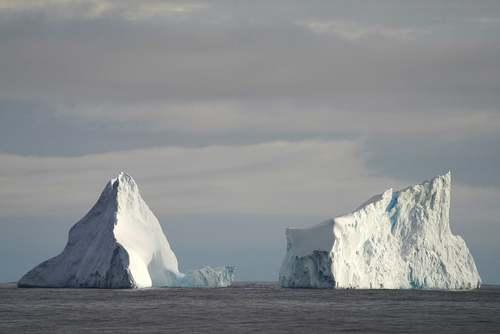 تکه یخهای عظیم قطب جنوب در حال آب شدن/ شینهوا