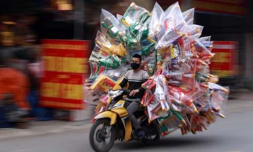 موتور سوار باربر در ویتنام/ EPA
