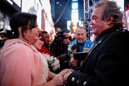 ازدواج یک زوج کانادایی در لحظه تحویل سال جدید در محله منهتن نیویورک