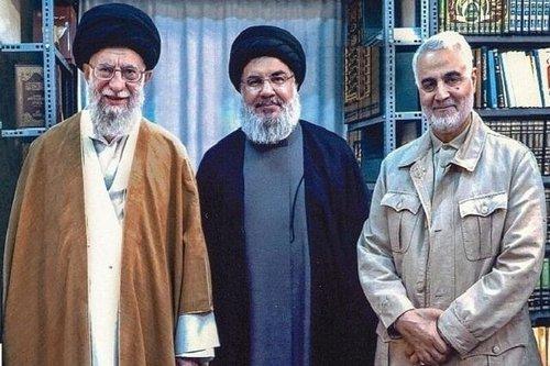 سردار قاسم سلیمانی در کنار سید حسن نصرالله و رهبر انقلاب