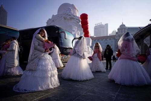 عروسی دستهجمعی در حاشیه نمایشگاه سازههای برفی و یخی در هاربین چین/ رویترز