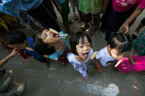 مسابقه شیرینی خوری کودکان در جشن هفتادودومین سالگرد استقلال کشور میانمار/ یانگون/ خبرگزاری فرانسه