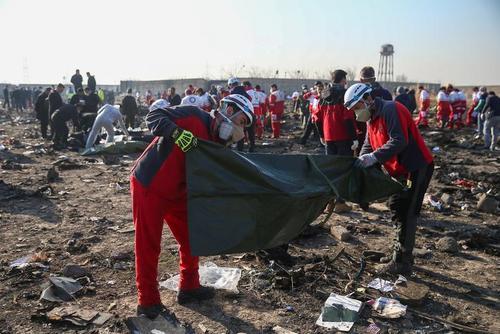 جمع آوری اجساد قربانیان سانحه سقوط هواپیمای شرکت هوایی اوکراینی در حومه تهران/ وانا