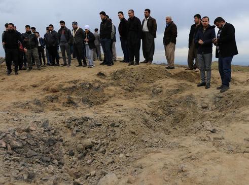 تجمع در محل اصابت یک موشک ایرانی شلیک شده به اربیل عراق در حومه شهر دهوک / رویترز