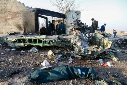 بقایای هواپیمای سقوط کرده شرکت هواپیمایی اوکراین در حومه شهر تهران/ خبرگزاری فرانسه