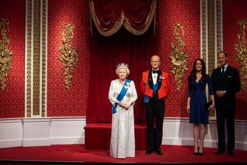موزه مادام توسو در لندن. در پی کنارهگیری شاهزاده هری و همسرش از خانواده سلطنتی بریتانیا، مجسمههای مومی این دو شخصیت از کنار مجسمه مومی ملکه بریتانیا به بخش دیگری از موزه منتقل شدند./ PA