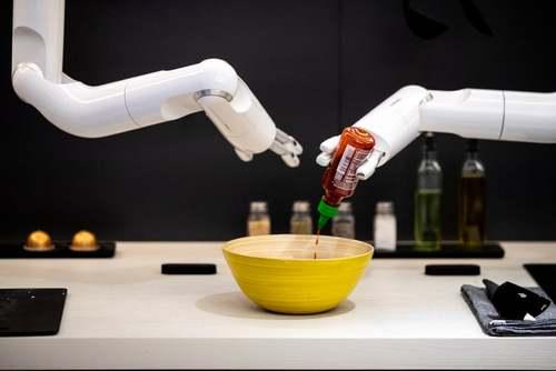 روبات آشپز ساخت شرکت سامسونگ در نمایشگاه بینالمللی لوازم الکترونیکی مصرفی در