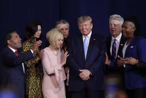 مراسم دعا برای ترامپ در حضور رهبران مذهبی