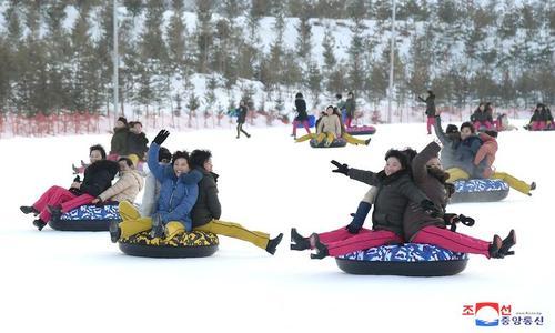 برف بازی مردم کره شمالی / خبرگزاری رسمی کره شمالی
