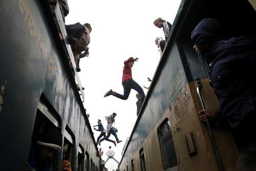 عوض کردن قطار به روش بنگلادشیها/ رویترز
