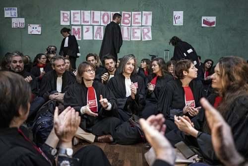 اعتراض وکلای فرانسوی در صحن دادگاهی در شهر