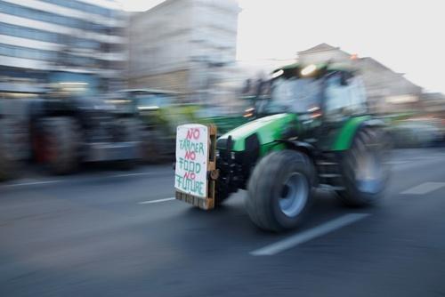 تظاهرات و اعتصاب کشاورزان در شهر برلین آلمان علیه سیاستهای کشاورزی دولت آلمان. پلاکارد نصب شده روی تراکتور نوشته: اگر کشاورزی نباشد، غذایی نیست و آیندهای نیست./خبرگزاری فرانسه