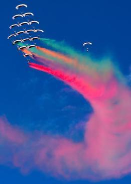 نمایش تیم آکروباتیک نیروی هوایی قطر در مراسم افتتاحیه نمایشگاه هوایی 2020 کویت/ رویترز