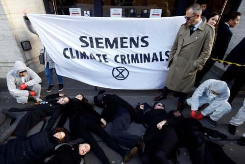 اعتراض نمادین گروه فعال زیست محیطی