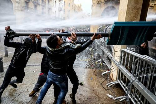 خبرگزاری فرانسه - انور عمرو /حمله معترضین به نیروهای امنیتی در مرکز بیروت با استفاده از یکی از علائم راهنمایی رانندگی  - 18 ژانویه 2020 (28 دی 98)