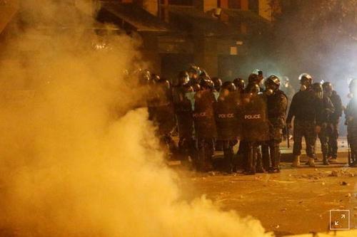 استفاده نیروهای امنیتی از گاز اشک آور در مقابل معترضین در بیروت  - 18 ژانویه 2020 (28 دی 98) رویترز