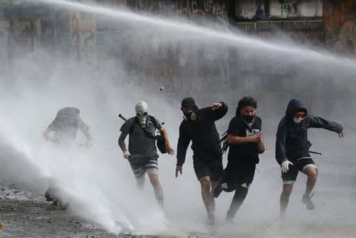 استفاده پلیس شیلی از ماشین آبپاش برای متفرق کردن معترضان در شهر سانتیاگو/ رویترز