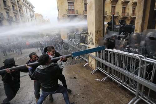 درگیری معترضان با پلیس در شهر بیروت/ شینهوا