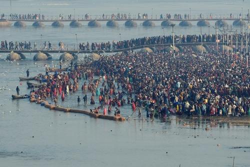 آب تنی هندوها در جشنواره آیینی