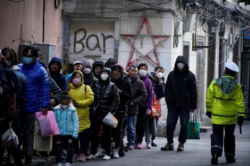 صف خرید ماسک در مقابل داروخانهای در شهر