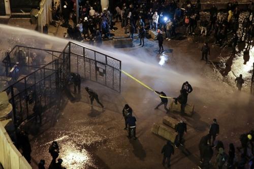 تظاهرات شبانه مخالفان حکومت در شهر بیروت لبنان/ خبرگزاری فرانسه