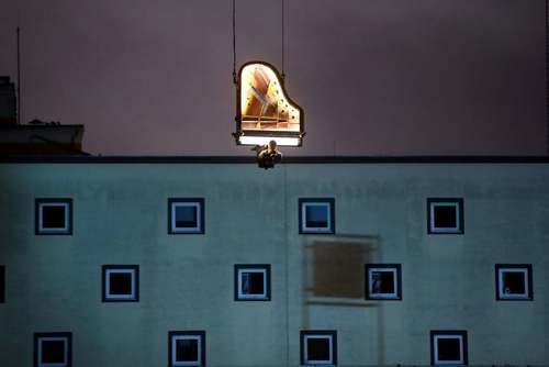 کنسرت پیانو هنرمند سوییسی سوار بر جرثقیل در شهر مونیخ آلمان/ رویترز