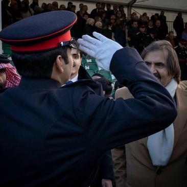 امیر سابق قطر (شیخ حمد بن خلیفة آل ثانی) در مراسم فارغ التحصیلی فرزندش در مدرسه نظامی سلطنتی سندهرست - لندن
