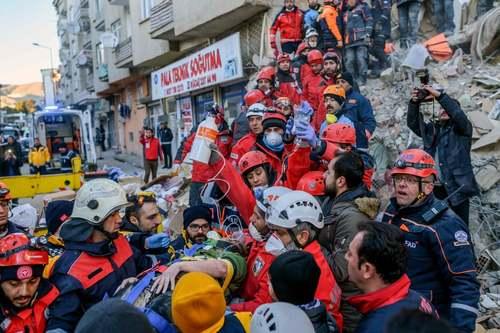 امدادرسانی به زیرآوار ماندگان در مناطق زلزله زده در