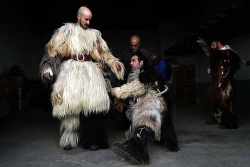 پوشیدن لباسهایی با پوست حیوانات وحشی در جریان یک جشنواره سنتی در اسپانیا/ آسوشیتدپرس