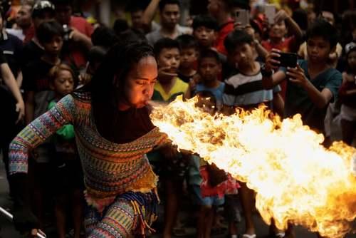 اجرای نمایش خیابانی در جشنهای سال نو چینی در شهر