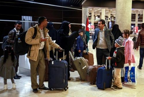انتقال کودکان یمنی با پرواز از شهر صنعا به فرودگاه شهر
