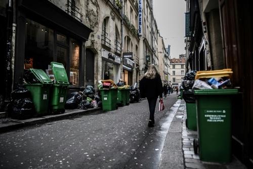 در اثر اعتصاب کارکنان شهرداری، زبالهها در شهر پاریس فرانسه تلمبار شده است./ خبرگزاری فرانسه