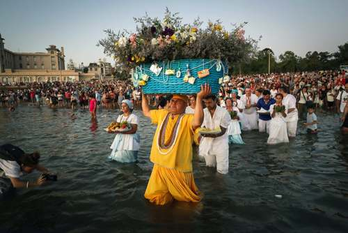 ارایه نذورات به خدای دریا در جریان یک جشنواره آیینی در اروگوئه/ EPA