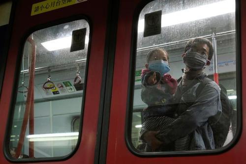 ماسک زدن شهروندان هنگ کنگی از بیم شیوع کرونا در مترو/ رویترز