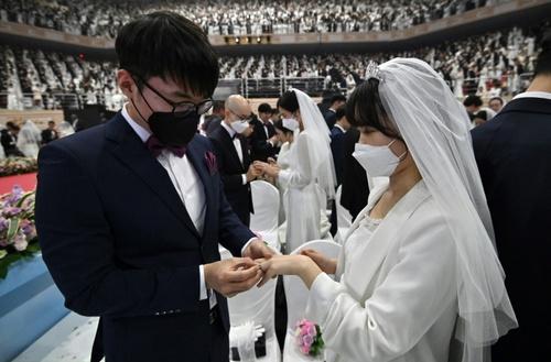 ازدواج دستهجمعی در کره جنوبی. زوجها و مهمانان از بیم شیوع ویروس کرونا ماسک به صورت زدهاند./ خبرگزاری فرانسه
