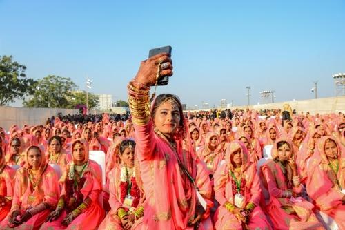 سلفی گرفتان یک عروس هندی در یک مراسم عروسی دسته جمعی/ خبرگزاری فرانسه